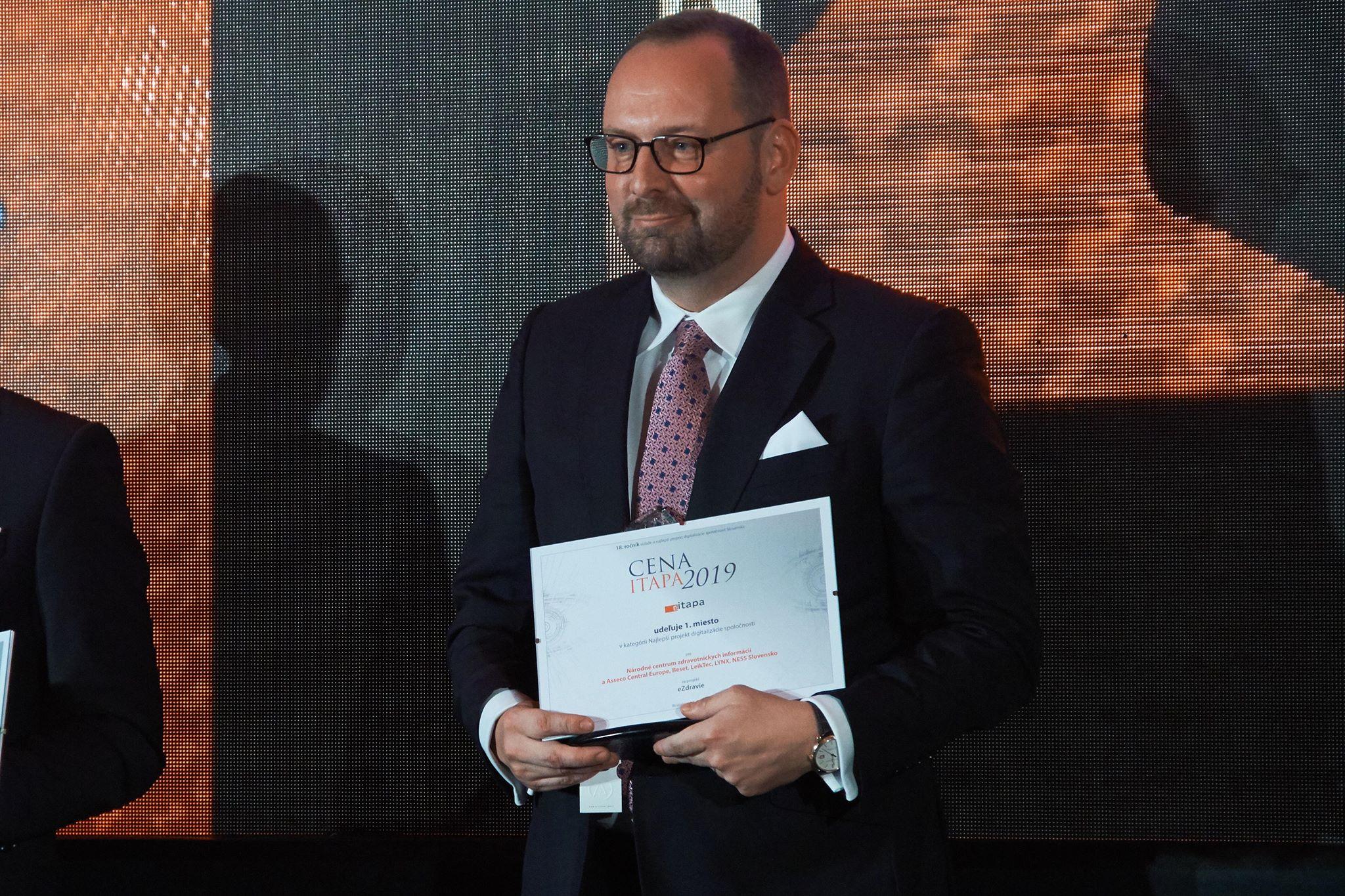 Generálny riaditeľ NCZI s cenou ITAPA za Najlepší projekt digitalizácie, ktorú získal systém ezdravie.